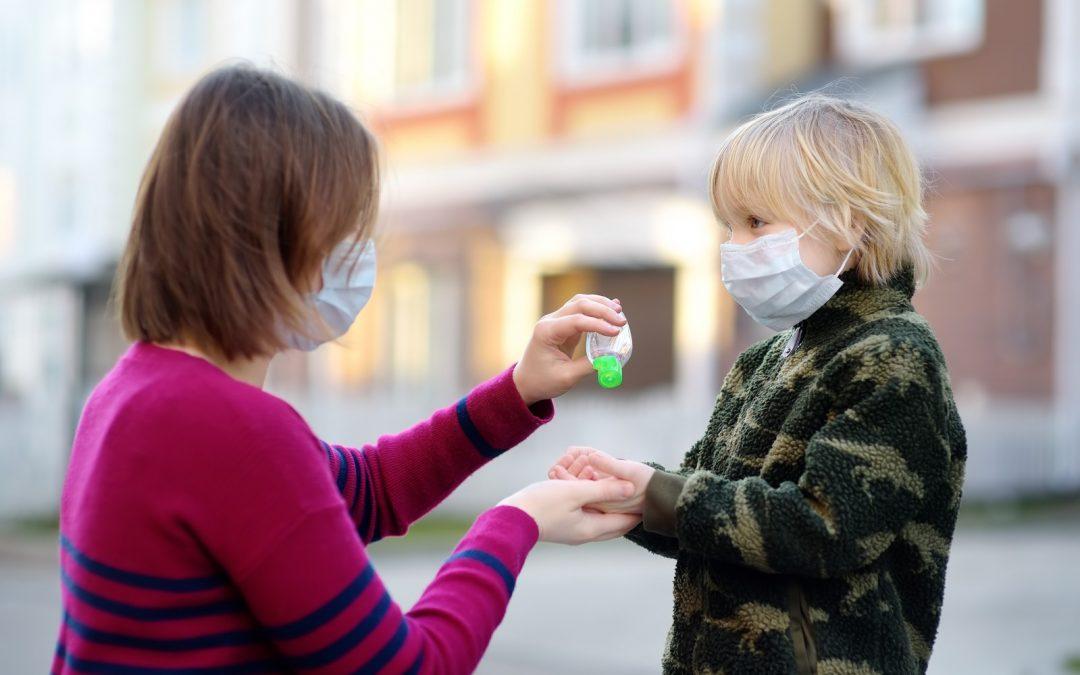 Malgré le vaccin contre la COVID-19, le masque reste la règle partout en France