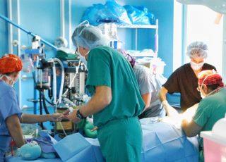 L'évolution de la tenue des chirurgiens au fil du temps