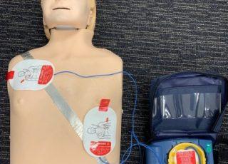 La présence d'un défibrillateur est désormais obligatoire dans les entreprises