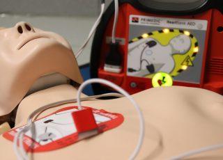 Comment se servir d'un défibrillateur ?
